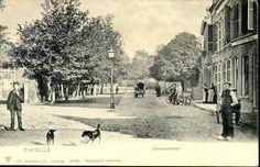 Deventerstraat (sinds 1945 Van Karnebeekstraat), ca. 1901-1905. Rechts Cafe Centraal. Oorspronkelijk heette deze straat overigens de Oude Schellerweg : pas in 1873 kreeg deze zuidelijke toegang tot de stad de naam Deventerstraat.