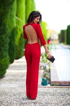 combinaison soirée cocktail, tenue pour mariage rouge avec accessoires noires, maquillage aux lèvres rouges
