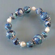 Bracelet de perles fantaisie décorées en pâte fimo bleu porcelaine
