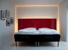una camera da letto illuminata con faretti led colorati | faretti