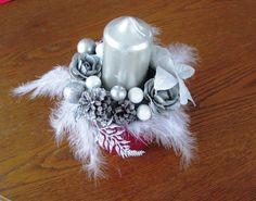 Svícen+růžový+Dekorační+vánoční+svícen+v+keramickém+růžovém+květináči.+Svíčka+a+dekorace+ve+stříbrné.+Výška+včetně+svíčky+25+cm,+šířka+cca+17+cm+Upozornění:+Neodcházet+od+otevřeného+ohně!
