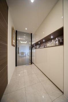 玄関2(軽やかさを感じさせるラグジュアリーモダンな家(リノベーション))- 玄関事例|SUVACO(スバコ)