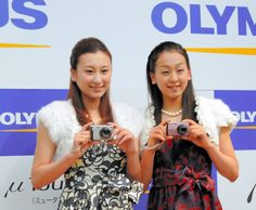 2009年11月3日、浅田舞(左)と浅田真央