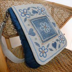 Džínová kabelka s ruční výšivkou.