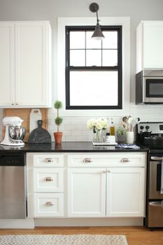 Modern black and white kitchen: http://www.stylemepretty.com/living/2016/06/07/why-decorating-with-neutrals-will-never-ever-go-out-of-style/ | Photography : Danielle Moss - http://danielle-moss.com/