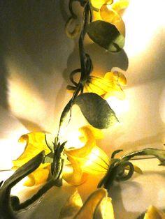 Lichterkette in Handarbeit gefilzten Blüten