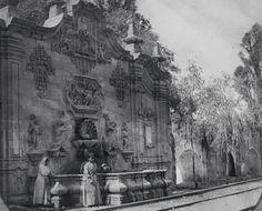 Fuente del Acueducto en el antiguo pueblo de San Miguel Chapultepec, acueducto de origen azteca, embellecido durante el virreinato, con dos hermosa fuentes, la del pueblo de San Miguel Chapultepec y la del Salto del Agua a donde terminaba el Acueducto. En el año de 1711 el Virrey Fernando de Alencastre Noroña y Silva  ordena la construcción del nuevo acueducto (Acueducto de Chapultepec) y se termina bajo la administración del Virrey Antonio María de Bucareli y Ursúa hacia el año de 1779…