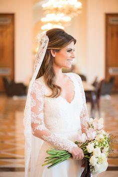 Casamento no Rio de Janeiro: Ana Comparato + Eduardo Klien Vega - Constance Zahn Wedding Veil, Wedding Dresses, Chapel Veil, Something Blue, Bridal Accessories, Wedding Inspiration, Hairstyle, Goals, Bridal Hair
