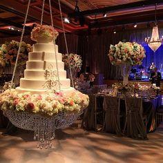 Mesa suspensa para o bolo.