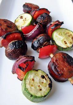 17 recetas de brochetas a la parrilla: Brochetas de salchicha ahumada con vegetales