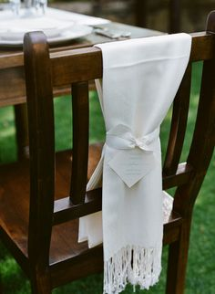 Ensure your guests are cozy with wrap wedding favors. #weddingwrap #weddingfavor #chilly http://www.weddingchicks.com/2013/11/12/wine-country-wedding/