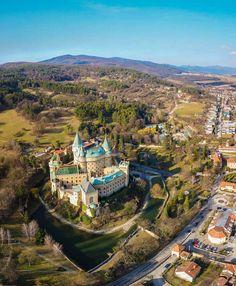 Bojnický zámok//Le Château de Bojnice est un château romantique situé au nord de la ville de Bojnice, en Slovaquie. Il a gardé ses bases gothiques et ses ajouts de la Renaissance. Il est bien visible de la partie du haut Nitra. Wikipédia