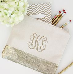 Pretty homemade gift alert, perfect for a friend (or a teen) this holiday. How to DIY a glitter monogram pencil or makeup bag. Pencil Bags, Pencil Pouch, Plastik Box, Glitter Projects, Glitter Crafts, Resin Crafts, Diy Bachelorette Party, Diy Monogram, Monogram Canvas
