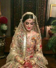 Vinay mehandi arts braidl mehandi artist my Shadi Dresses, Pakistani Formal Dresses, Pakistani Wedding Outfits, Pakistani Dress Design, Bridal Outfits, Nikkah Dress, Bridal Mehndi Dresses, Pakistani Bridal Makeup, Bridal Dress Design