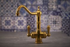 If you desire the look of a vintage kitchen or bathroom tap but with the functionality and reassurance of modern design, our polished brass finish is the perfect solution. Thanks to an unlacquered surface, the tap will take on a unique patina over time as it reacts to the environment as well as daily use #perrinandrowe #polishedbrass #brasskitchentaps #brassbathroomtap #realhomeinspiration #bathroomdesignideas #kitchendesignideas #luxuryhomes #interiordesign Toy House, Brass Bathroom, Handmade Kitchens, Quality Kitchens, Kitchen Taps, Vintage Kitchen Decor, Farmhouse Style Kitchen, Country Charm, Aquitaine