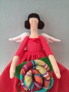 Muñeca Tilda en un vestido rojo flores rojas Angel regalo