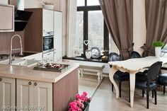 Aranżacja kuchni stanowi umiejętny mariaż nostalgii i nowoczesności. Kuchnia z salonem jest wygodna, przytulna i urządzona z charakterem. Zabudowa kuchenna z klasycznymi frontami idealnie współgra z błyszczącymi powierzchniami sprzętu AGD. Zobacz projekt kuchni z salonem.