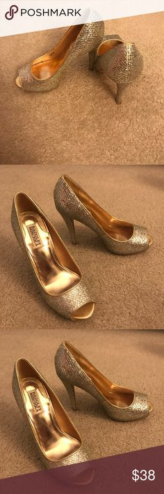 Badgley Mischka Gold Glitter Pumps - Size 8M Same look as the ones shown in Sex and the City. Classy yet make a statement. Worn once or twice. Shoes are in PERFECT condition. Only wear can be seen on the sole of the shoes. Lost some weight and apparently went down a size in shoes so can't make use of this gorgeous pair. :( Badgley Mischka Shoes Heels