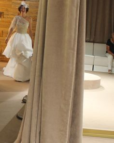 Y cuando la novia camina con garbo por nuestro pasillo... nuestro trabajo ha terminado!!! Sólo falta disfrutar del gran día. Vestimos emociones.