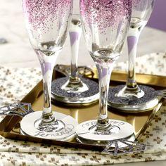 Glitter Wine Glasses, Diy Wine Glasses, Decorated Wine Glasses, Painted Wine Glasses, Wedding Champagne Flutes, Wedding Glasses, Diy Bottle, Bottle Crafts, Wine Glass Crafts