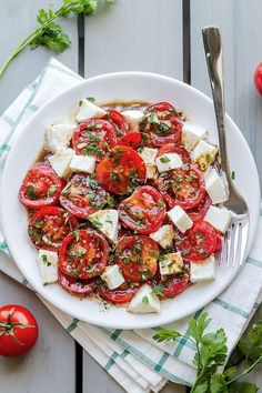 with Mozzarella Marinated Tomatoes – A perfect hors d'oeuvre full of fresh summer flavors!Marinated Tomatoes – A perfect hors d'oeuvre full of fresh summer flavors! Diet Recipes, Vegetarian Recipes, Cooking Recipes, Healthy Recipes, Chicken Recipes, Cooking Pork, Cooking Salmon, Cooking Games, Cooking Classes