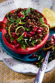 Dieser orientalische Linsensalat ist die perfekte Vorspeise, denn wir richten ihn im Granatapfel an. Genial! #rezept #idee #vorspeise #vegan #veganersalat #veganevorspeise #veganerlinsensalat #linsensalat #granatapfel #menü #veganesmenü #linsen #belugalinsen Fruits And Vegetables, Cherry, Snacks, Garden, Food, Vegan Appetizers, Lettuce Recipes, Vegane Rezepte, Salad Ideas