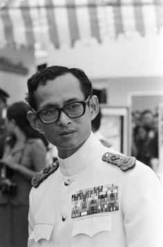 King Bhumibol Of Thailand Thailande 20 mai 1978 BHUMIBOL Roi de Thaïlande lors d'une cérémonie officiellePortrait du roi en uniforme et décorations