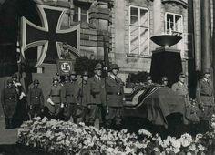Katafalk s Heydrichovým tělem na Pražském hradě. Archiv Památníku Lidice. Heydrich's coffin at Prague Castle. 7.06.1942.
