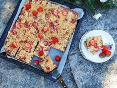 Mansikka-raparperipiirakka, pellillinen - Kaakao kermavaahdolla Recipies, Bread, Food, Recipes, Eten, Bakeries, Meals, Breads, Cooking Recipes