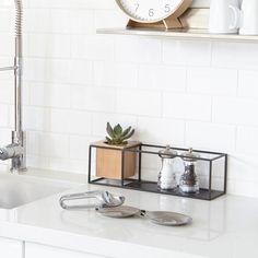 <p>Vägg- och bordshylla med minimalistisk design! Cubist ...</p>