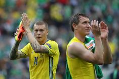 Sweden's defender Victor Nilsson-Lindelof (L) and Sweden's midfielder Kim Kallstrom applaud at the end of the Euro 2016 group E football match between Ireland and Sweden at the Stade de France stadium in Saint-Denis, near Paris, on June 13, 2016. / AFP / KENZO TRIBOUILLARD