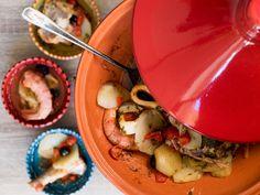 La tajine è una particolare pentola di origine berbera che rende i piatti gustosi e leggeri. Una delle ricette più diffuse è la tajine di pesce, deliziosa!