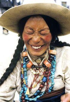 Elle a recueilli pas mal de perles... dans un sottisier peut-être ! / Laughing beauty in beads.