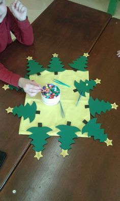 Decorate Christmas trees, fine motor skills, count Source by Christmas Math, Christmas Themes, Christmas Tree Decorations, Christmas Crafts, Preschool Christmas Activities, Activities For Kids, Diy For Kids, Crafts For Kids, Bug Crafts
