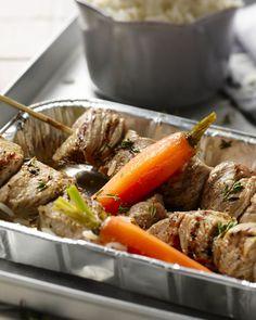 Dit Grieks varkentje zijn in typisch Griekse kruiden gemarineerde blokjes varkensvlees, die je op satéstokjes spiest & afbakt op de grill. Lekker afsmakend!