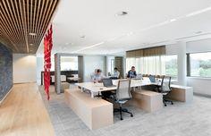Open werkruimte, met verschillende soorten werkplekken. Op de voorgrond staan Step4 workbenches van Vepa