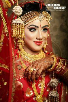 Beautiful bride with matching mehendi designs Indian Wedding Makeup, Bridal Eye Makeup, Indian Wedding Jewelry, Bridal Beauty, Bridal Jewelry, Indian Wedding Couple Photography, Wedding Photography Poses, Desi Bride, Bride Look