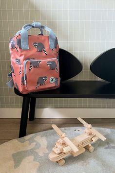 Rugzak met wasberen. Mooie stevige rugzak voor jongens en meisjes die voor het eerst naar school of de kinderopvang gaan. Aan de binnenkant van de tas vind je een insteekvak over de hele rug die sluit met klittenband. Het hoofdvak is ruim en heeft een verstevigde bodem, waardoor de tas mooi in vorm blijft. Je kunt verrassend veel spullen kwijt in deze rugzak. Styling & fotografie: Lots of fun kinderkamers #kinderkamer #rugtas Case Studio, Pet Bottle, Kids Backpacks, Pets, Children's Backpacks, Animals And Pets