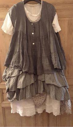 Une robe blanche très longue, une robe imprimé liberty, une tunique vichy, une veste très légère par dessus