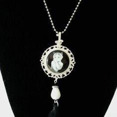 """Collier mi long """"madame chat en apparat"""", médaillon rond sur métal argent ciselé, pendeloque perle goutte de jade"""