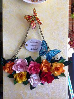 Rose di carta su supporto di legno, le farfalle sono ritagliate da un foglio di plastica rigida e colorate a smalto