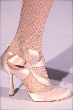 Oscar de la Renta, model, runway, couture, haute couture, fashion, high fashion, fashion week, New York Fashion Week, NYFW, high heels, shoes, stilettos, heels, ribbon, bow, satin, pastel, tights, fishnet, ruffles, pale pink, rose, elegant, chic, vintage, antique, princess, fairy tale, details,