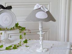 Lampe et son abat-jour en lin gris et monogramme