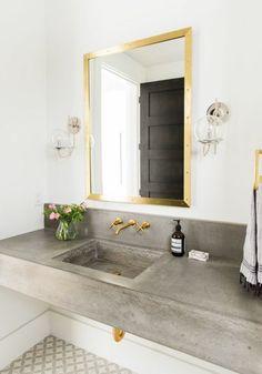 vasque salle de bain et miroir doré