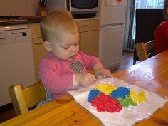 Vlekvrij verven met een baby. Paint messfree