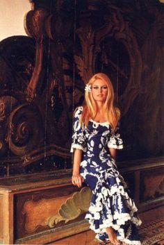 Brigitte et sa jolie robe Tahitienne*