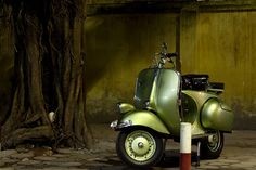 Green Moped: newfarmer.photovn(Tamron 90 2.5 MC 52BB)