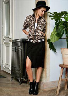 Atrakcyjna spódnica z założeniem kopertowym i rozporkiem, w modnej długości. Świetna zarówno do sneakersów, jak i czółenek. Materiał wierzchni: 50% poliester, 45% wiskoza, 5% elastan