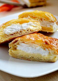 Γλώσσα της πεθεράς / Millefeuille with creme patisserie & whipped cream Greek Desserts, Greek Recipes, Fun Desserts, Donut Muffins, Donuts, Good Food, Yummy Food, Some Recipe, Fritters