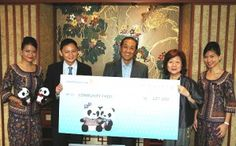 SIA Chairman Mr Stephen Lee (middle) and SIA CEO Mr Goh Choon Phong (second from left) present the cheque to Community Chest Chairman Ms Jennie Chua.